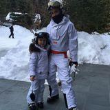 Im Winterurlaub macht Harper Beckham die Ski-Piste unsicher. Und diese gleichzeitig zum Runway mit Mama Victoria. Beide Beckham-Frauen sind in schicke weiße Anzüge gehüllt.