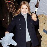 Im Winter ist Harper Beckham bestens eingepackt. Modisch bleibt sie dank Rollkragenpullover und schickem Zweireiher dennoch. Und wenn sie doch zu frösteln beginnt, kann sie mit ihrem Plüsch-Elefanten kuscheln.