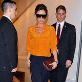 Sportlich-elegant in Sonnengelb und Dunkelblau besucht Victoria Beckham ihren Store in London.