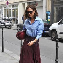 Beschwingt und farblich leuchtend im hellblau-weinroten Blusen-Rock-Outfit genießt Victoria Beckham die Frühlingsluft in Paris. Und schenkt den Paparazzi dabei sogar ausnahmsweise ein Lächeln.