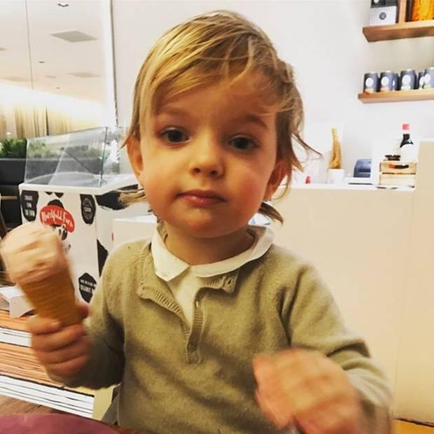 11. März 2017  Prinz Nicolas ist eine kleine Naschkatze. Mit Mama Prinzessin Madeleine genießt er die ersten Frühlingstage und was gibt es da schöneres, als an einem Eis zu schlecken.
