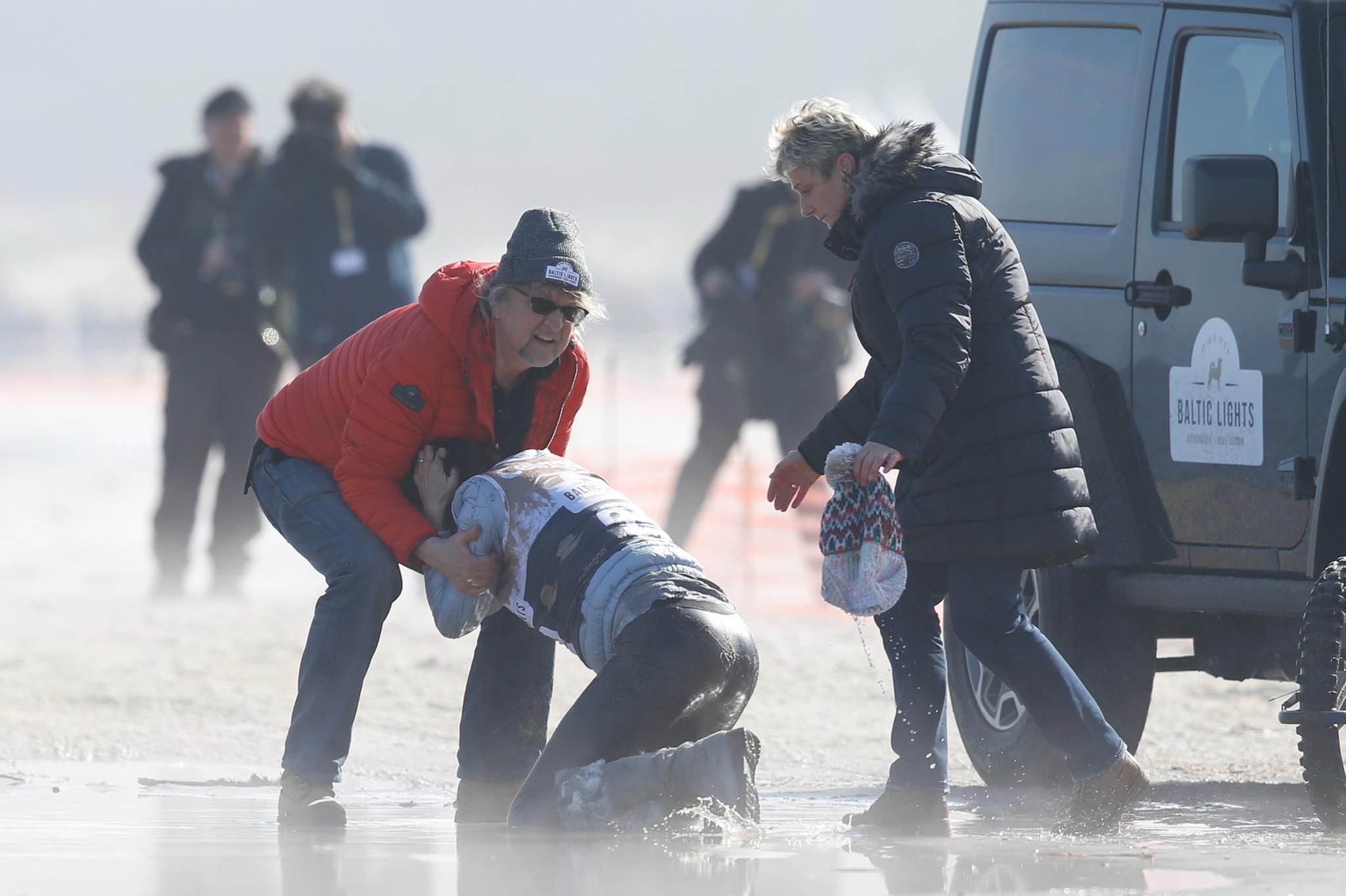 Martin Krug hilft Gerit Kling