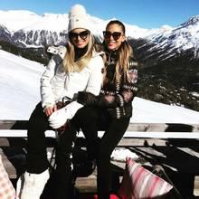"""Beim """"PLACE TO B""""-Event in St. Moritz kommen die angesagtesten It-Girls und Influencerinnen zusammen. Warm und stylisch eingepackt posieren Bloggerin Xenia Overdose und Ann-Kathrin Brömmel für Instagram."""