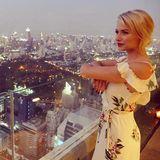 Traumhaft! Über den Dächern von Bangkok genießt Lena Gercke den wunderschönen Blick im romantischen Sommerkleid mit floraler Musterung. Da geraten wir auch ins Schwärmen.