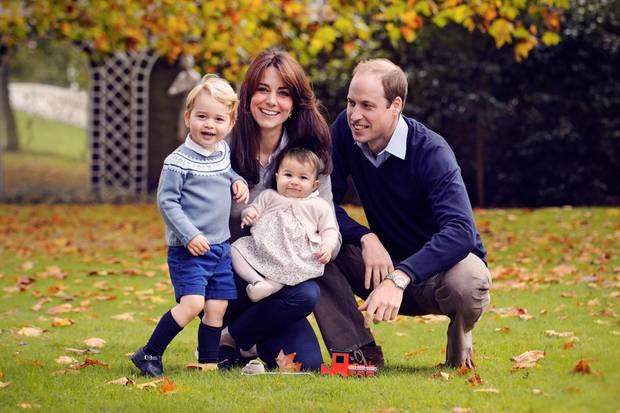 Herzogin Catherine und Prinz William mit ihren Kindern Prinz George und Prinzessin Charlotte im Garten des Kensington Palastes
