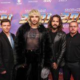 Zwölf Jahre später sind die Klamotten noch immer extravagant, aber aus den Jungs sind echte Männer geworden. Georg, Bill, Tom und Gustav sehen mit Mitte 20 deutlich erwachsener aus.