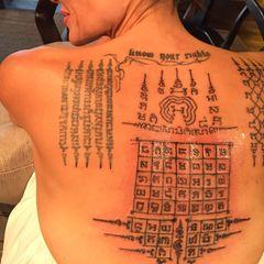 Diese besondere Art der spirituellen Paartherapie ging nach hinten los: Eigentlich hatte Angelina Jolie vor, sich und ihre Ehe zu Brad mit dieser Yantra-Tätowierung zu schützen. Schließlich werden dem Tattoo in Südostasien mystische Kräfte nachgesagt. Um ihre Liebe zu festigen, ließ sie sich im Fabruar 2016 vom Ex-Mönch Ajarn Noo Kanpai den Rücken beschriften. Was Angelina dabei nicht bedachte: Nach traditioneller Sicht dürfen nur Männer diese Tattoos erhalten. Andernfalls kehrt sich der Schutzzauber um. Wurden die buddhistischen Zeichen dem Paar also zum Verhängnis? Möglich wäre es, ließen sich die zwei nur wenige Monate später bekanntermaßen scheiden.