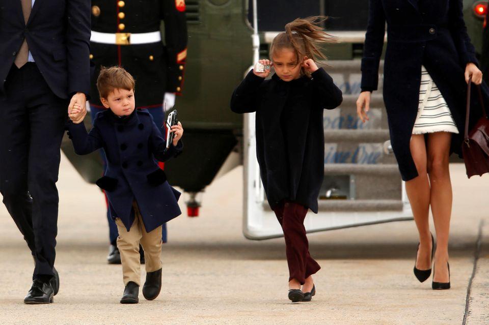 Viel zu laut! Arabella Kushner jettet durch die USA. Zum Beispiel mit dem Helikopter Marine One ihres Opas Donald Trump. Der macht ordentlich Krach. Zu viel für die Kleine, die sich die Ohren zu hält.