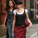 Vor über einem Jahrzehnt wickelt sich Gwen Stefani ein Karo-Kilt lässig um ihre Hüften.