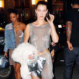 Bauchfreie Glitzertops sind 17 Jahre später wieder total im Trend. Bella Hadid kennt sich da als Model aus und interpretiert den Britney-Look kurzerhand neu.