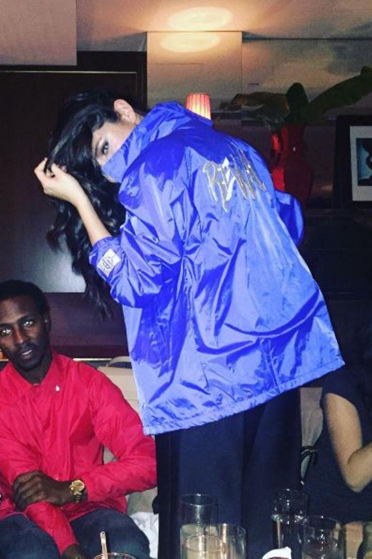 """Ein bisschen """"Sporty Spice""""-Feeling versprüht Selena Gomez während ihrer Tour. Blaues Satin und ein sportlicher Schnitt sind bei ihr auch heute noch hoch im Kurs."""
