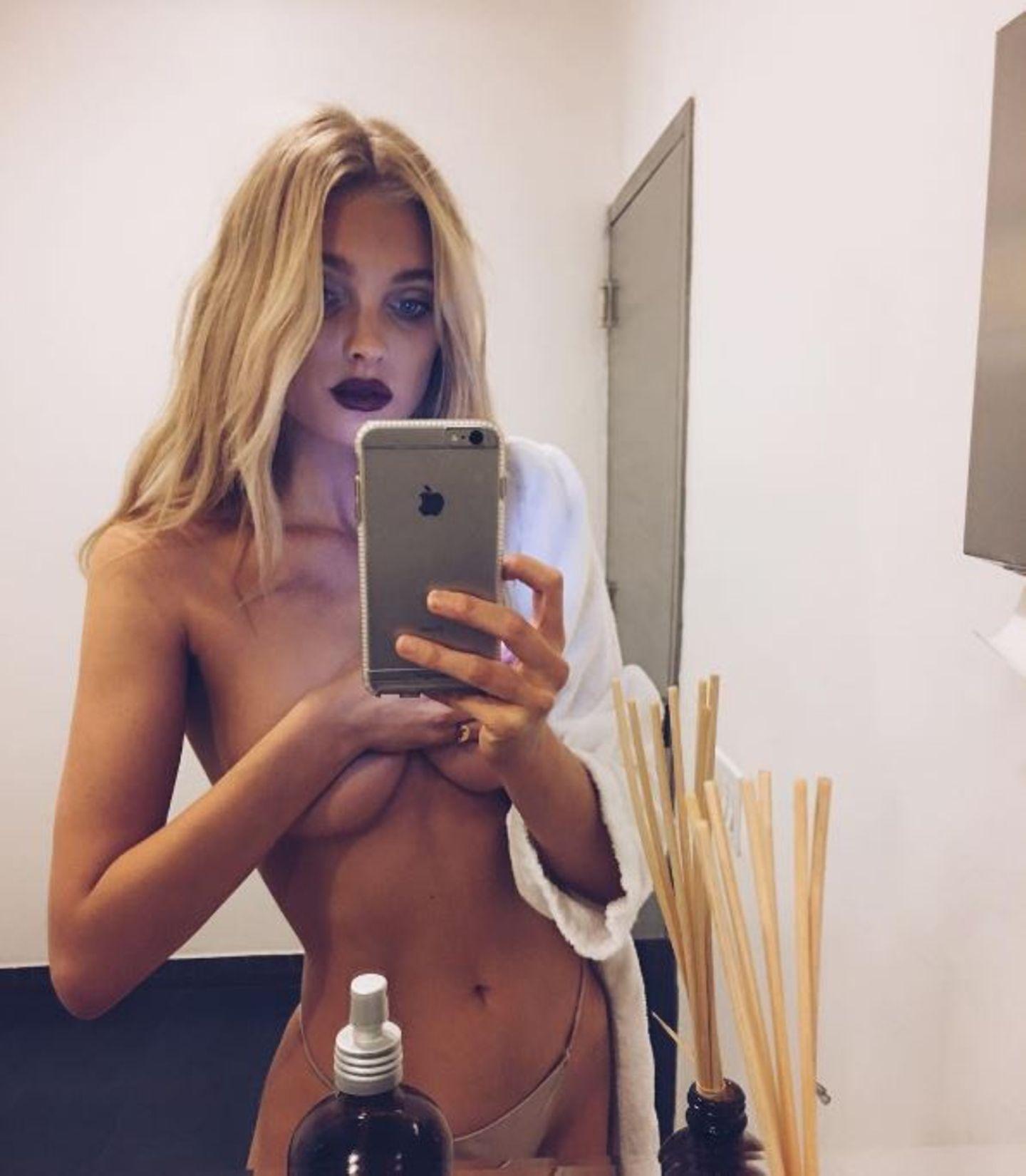 Holla, was für ein Spiegel-Selfie! Model Elsa Hosk fotografiert sich nur mit einem hautfarbenen String bekleidet und sieht dabei richtig heiß aus!
