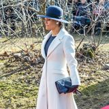 Achtung Herzogin Catherine! Hier kommt Style-Konkurrenz: Bei der Gedenkstunde für die Opfer des Winterkrieges zwischen Finnland und der Sowjetunion 1939/40 zeigt sich Prinzessin Victoria im Stockholmer Finlandsparken wunderschön und angemessen elegant im weißen Wollmantel und blauem Etui-Kleid mit passendem Hut und Pumps.