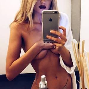 Star-Selfies: Nackt vorm Spiegel