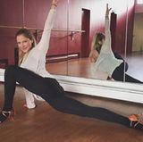 Stretching am Morgen vertreibt Kummer und Sorgen - postet Schauspielerin Cheyenne Pahde.