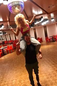 Training ist fertig, die Choreo steht und der Kopf glüht. Zu allem Überfluss steigt mir meine Tanzpartnerin Kathrin Menzinger noch aufs Dach. Wenn ich jetzt keine Amputation hätte, wüsste ich noch nicht mal, wo links und rechts ist. Es macht sehr sehr viel Spaß und wir freuen uns auf die Show, wo wir eure Unterstützung benötigen. Danke! - postet Heinrich Popow.
