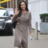 """Auch der Job der Professorin steht ihr gut: Angelina Jolie unterrichtet neuerdings an der London School of Economics. Ihre erste Vorlesung zum Thema """"Frauen, Frieden und Sicherheit"""" hältsie in einem grauen Mantel. Dazu kombiniert sie eine Tasche von Stella McCartney und schwarze Pumps."""