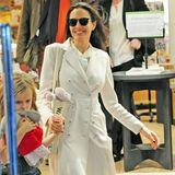 Strahlend verlässt Angelina Jolie mit ihren Kindern einen Buchladen in der britischen Hauptstadt. Zu einem weißen Mantel von Bottega Veneta, der über 2500 Euro kostet, kombiniert sie eine dunkle Sonnenbrille und nude-farbene Pumps.