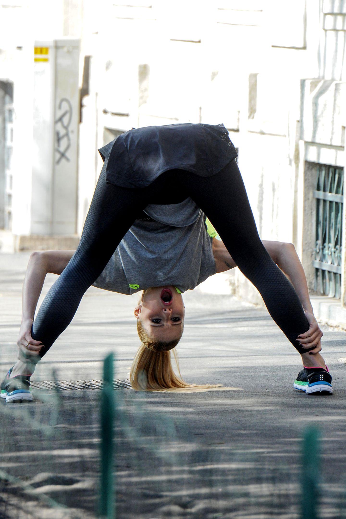 Michelle Hunziker steht auf Gesichtsakrobatik, während der Akrobatik.