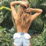 Josephine Skriver weiß, wie sie ihren Knackpo besonders betont. Mit Blumen verziert sie ihre Jeansshorts. Hot!