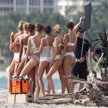 Acht Engel für die Kamera! Für die neueste Kampagne von Victoria's Secret posieren Elsa Hosk und Co. am Strand von Miami in einer Reihe.