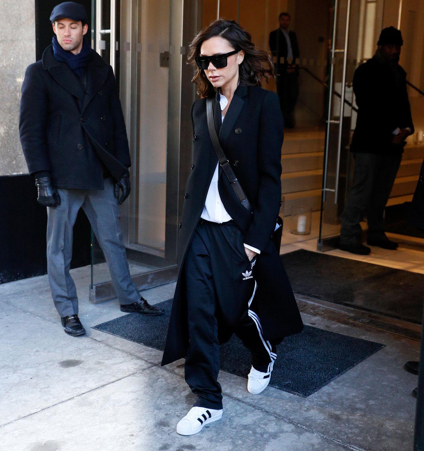 Ob es auch Tage gibt, an denen Victoria Beckham schlecht gekleidet ist? Hier mixt sie Adidas-Sportswear zum klassischen Mantel