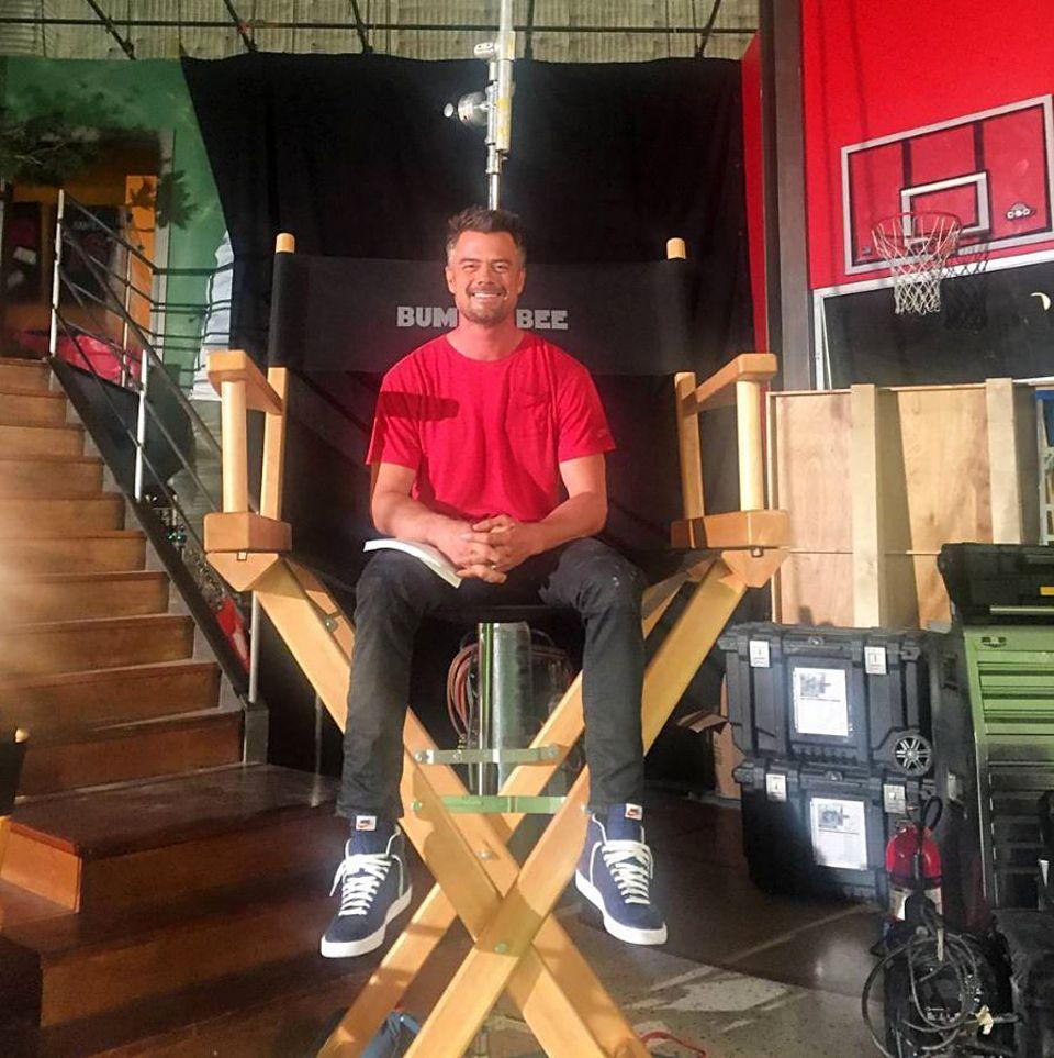 14. März 2017  Josh Duhamel ganz klein: Er wollte doch nur einen größeren Stuhl.