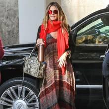 Als Supermodel ist Heidi Klum wahnsinnig wandelbar. Stand sie gestern noch in einem heißen Kleid auf dem roten Teppich, kann sie heute schon wieder ganz lässig. Wenn ihr Style sowohl casual als auch schick sein soll, erfindet sie den Hippie-Look neu für sich. Das Boho-Kleid kombiniert sie dann zu Wedges und Snakeprint-Tasche und krönt das Ganze mit einer verspiegelten Sonnenbrille.