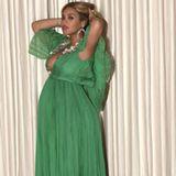 In einem Flatter-Kleid mit Empirelinie kann Beyoncé ihre Schwangerschaft besonders schön zur Geltung bringen. Zusätzlich betont das tiefe Dekolleté den Babybauch ganz wunderbar.