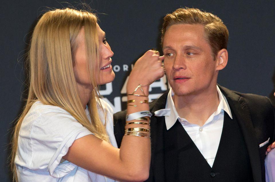 """Toni Garrn und Matthias Schweighöfer verstehen sich bei der """"You Are Wanted""""-Premiere in Berlin super."""