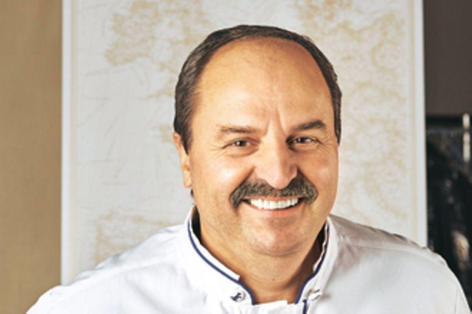 Sternekoch, Restaurantbesitzer und Unternehmer: Johann Lafer ist ein kulinarischer Tausendsassa. Für das Traditionsunternehmen Lindt kreiert der Österreicher regelmäßig schokoladig-raffinierte Sünden zum Dahinschmelzen.