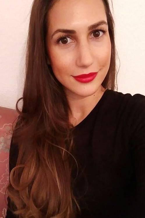 Finalistin Clea-Lacy liebt es ihre Weiblichkeit zu betonen und setzt beim Make-Up gerne auf rote Lippen und betonte Augen.