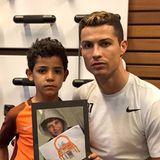 Weltfußballer Cristiano engagiert sich nicht er seit heute für Kinder in Not. Immer wieder erfüllt er Kinderwünsche und spendet für Charityaktionen. Besonders die Kinder aus Syrien brauchen Hilfe und Unterstützung, wie Omar, der seinen Traum, einmal Friseur zu werden gezeichnet hat. Cristiano Ronaldo nutzt seine Bekanntheit, um so viele wie möglich zu erreichen.