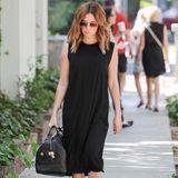 Ihr schlichtes, schwarzes Kleid peppt Ashley Tisdale mit einer schwarzen Hingucker-Tasche von Louis Vuitton auf. Dazu trägt sie rockige Boots mit goldenen Applikationen und Fransen und perfekt gestyltes Haar.