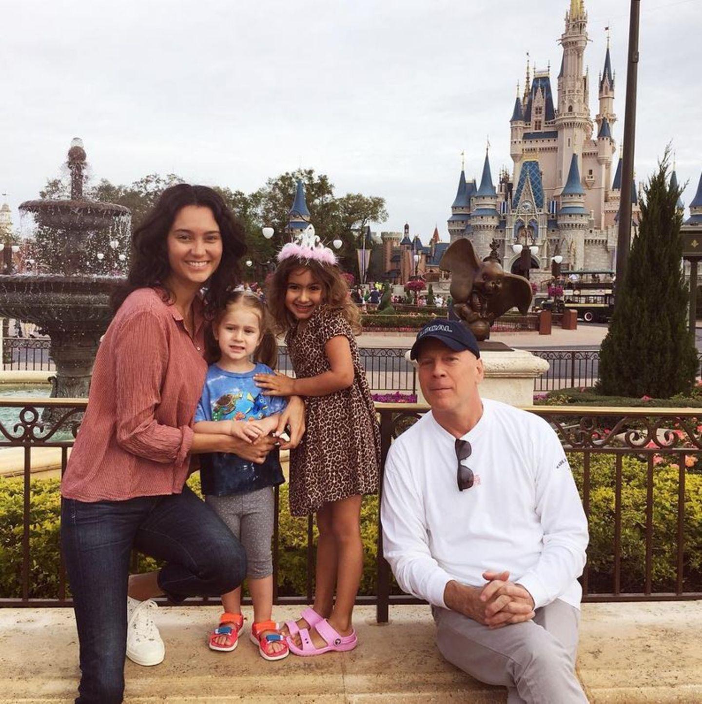 16. März 2017  Emma und Bruce Willis genießen die kurze Pause für ein Familienfoto.Mit der Familie in den Disney Park ist sicher das aufregendste für die Kinder und das anstrengendste Programm für die Eltern.