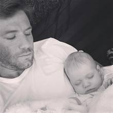 Das nennen wir mal - ein mega süßes - Happy End: Nachdem es wegen der kleinen Lily, die Ende November 2016 geboren wurde, zunächst zur Vaterschaftsklage kam, zeigt Super-Bowl-Star Julian Edelman nun der ganzen Welt, dass er Papa ist. Und das voller Stolz!  Die Schwangerschaft seiner Ex-Geliebten, dem Model Ella Rose, kam letzten Sommer sehr überraschend für den Footballer. Doch die neuesten Instagram-Fotos Edelmans beweisen: Der anfängliche Trubel um die Vaterschaftsfrage haben sich gelegt. Der Footballer liebt seine Tochter über alles und kümmert sich rührend um sie.