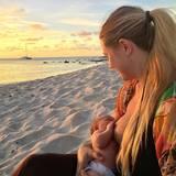 Yogalehrerin Rachel Brathen genießt einen wunderschönen Tag im Leben einer stillenden Mutter. Das Baby ist zufrieden, sie sitzt an einem traumhaften Strand bei Sonnenuntergang uns ist schlicht Dankbar für diesen Moment.