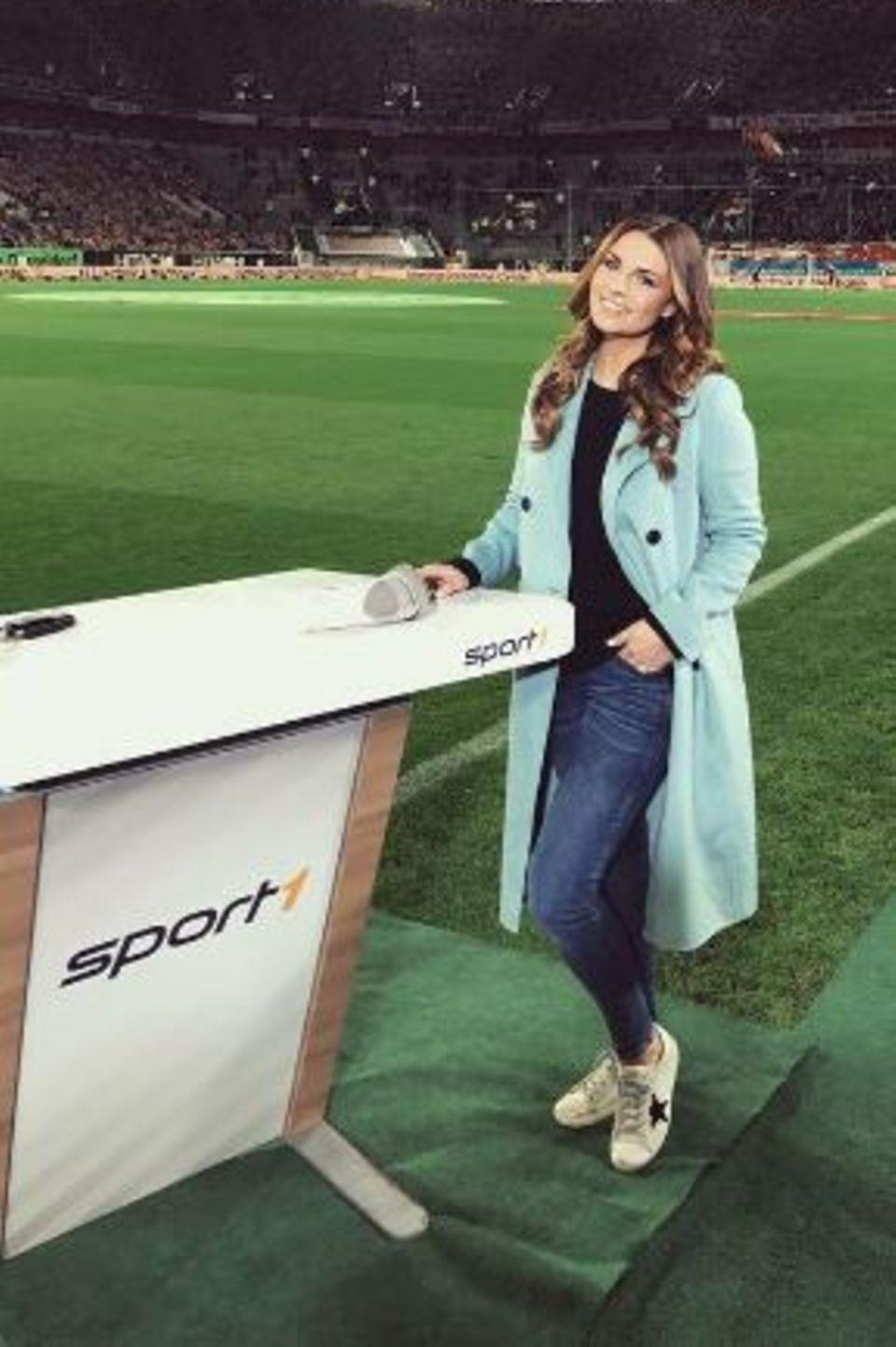 Ihr Herz schlägt für den Fußball - und das in jeder Hinsicht. Nicht nur, dass Laura Wontorra mit dem Köln-Profispieler Simon Zoller verheiratet ist, nein, sie ist auch noch Sportmoderatorin. Wie steil sie die Karriereleiter hochklettert, zeigt ihr neuester Coup. Im März 2017 darf sie erstmals ein Länderspiel der deutschen Nationalelf begleiten.