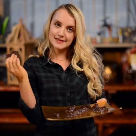 """Die """"Luna Lovegood""""-Darstellerin Evanna Lynch zeigt drei einfache Rezepte, die das eigene Heim in Hogwarts verwandeln."""