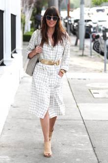 Jessica Biel peppt ihr weiß kariertes Blusenkleid mit goldenen und silbernenAccessoires auf. Auch die Sonnenbrille ist ein echter Hingucker.