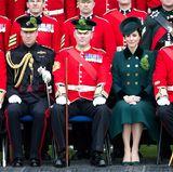 Prinz William und Herzogin Catherine sitzen zwischen den Offizieren des ersten Battalions der Irish Guards. Geschmückt sind sie traditionell mit einem Kleeblattsträußchen.