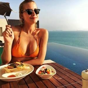 16. März 2017  Lena im Urlaub: Erst in den Pool, für eine Abkühlung und dann den Appetit mit leckeren Köstlichkeiten stillen.