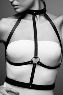 Das aus veganem Leder gefertigte Gurtzeug von Bijoux Indiscrets (ca. 60 Euro) setzt bei jedem Outfit sexy Akzente.