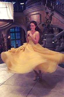 """17. März 2017  Eine Aufnahme vom Set """"Die Schöne und das Biest"""" zeigt, Emma Watson hatte sehr viel Spaß und wünscht es ihren Fans beim anschauen des Films."""