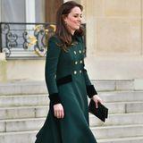 Herzogin Catherine und Prinz William sind zum offiziellen Besuch nach Paris gereist. Bei ihrer Ankunft in Paris trägt Kate passend zum irischen St. Patrick's Day einen dunkelgrünen, doppelreihigen A-Linien-Mantel.