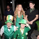 """Was für eine Show, Mariah! Zum Dinner am St. Patrick's Day fahren die Pop-Diva und ihr Freund Bryan Tanaka nicht nur in einem grüßen Lamborghini vor, sie werden sogar von """"Kobolden"""" ins Restaurant begleitet. Und natürlich trägt Mariah Carey ein passend grünes und wie üblich sehr enges Lederkleid."""
