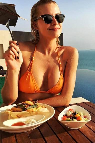 Mit traumhaftem Ausblick genießt Topmodel Lena Gercke beim Urlaub auf Koh Samui thailändische Spezialitäten.