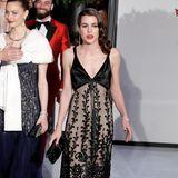 Wie eine Hollywood-Diva aus alten Zeiten präsentiert sich die wunderschöne Charlotte Casiraghi im floral beranktem Seiden-Kleid beim alljährlichen Rosenball in Monaco.