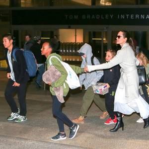 17. März 2017  Angelina Jolie hat alle Hände voll zu tun: Shiloh, Pax, Knox, Vivienne, Zahara und Maddox müssen offensichtlich bei Ankunft am LAX Airport zügig weiter.
