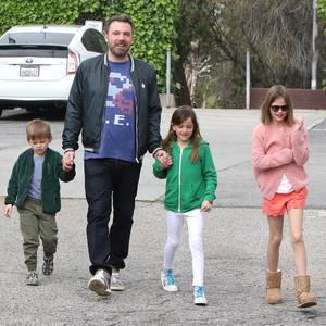 19. März 2017  Nach seiner Alkoholbeichte tut er genau das Richtige: Ben Affleck besucht mit seinen Kindern Violet, Seraphina und Samuel den Gottesdienst in Santa Monica. Gemeinsam haben sie sichtbar Spaß und können die dunklen Stunden endlich hinter sich lassen.